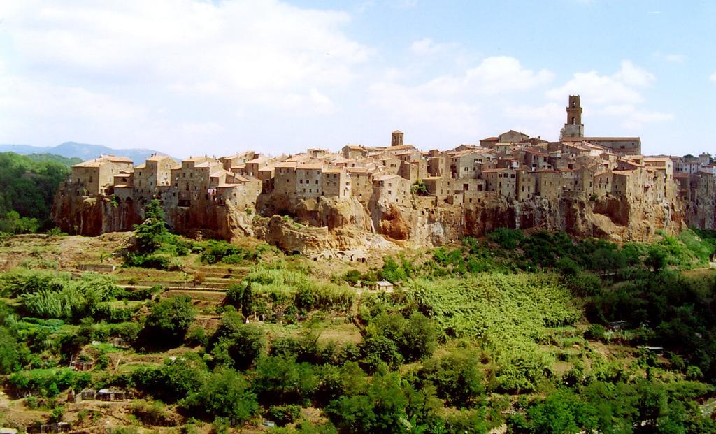 Pitigliano in the heart of maremma tuscany around tuscany for Disegni di case toscane