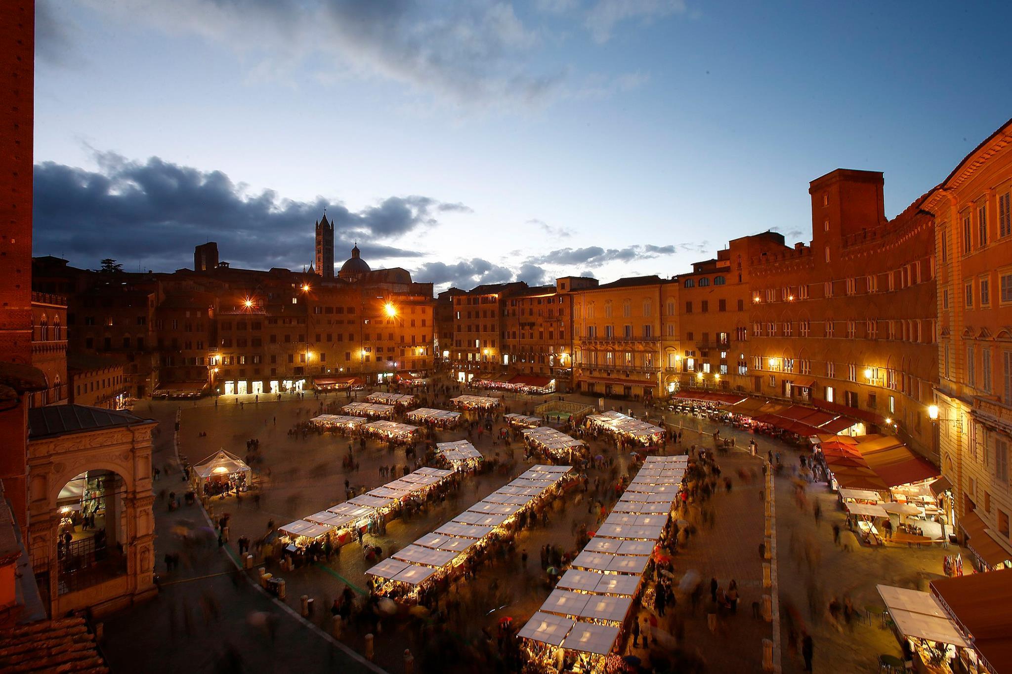 Christmas-in-Tuscany-Market-Siena-Piazza-Del-Campo