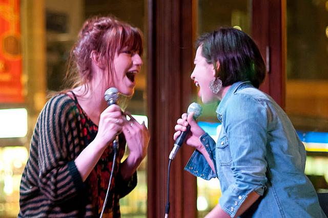 Cantare a squarciagola in un locale che organizza serate di karaoke [Photo Credits: Gladstone Hotel]
