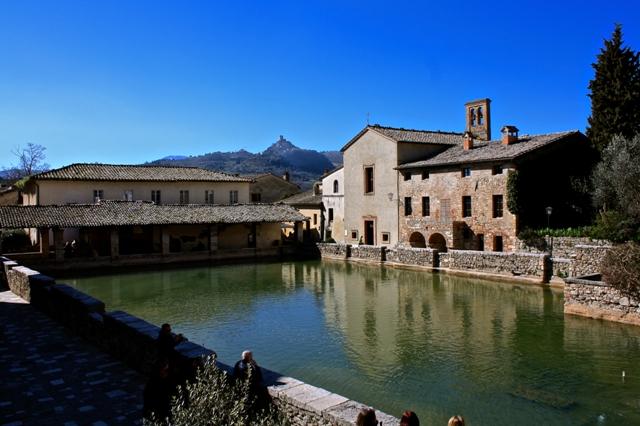 la piazza delle sorgenti di bagno vignoni