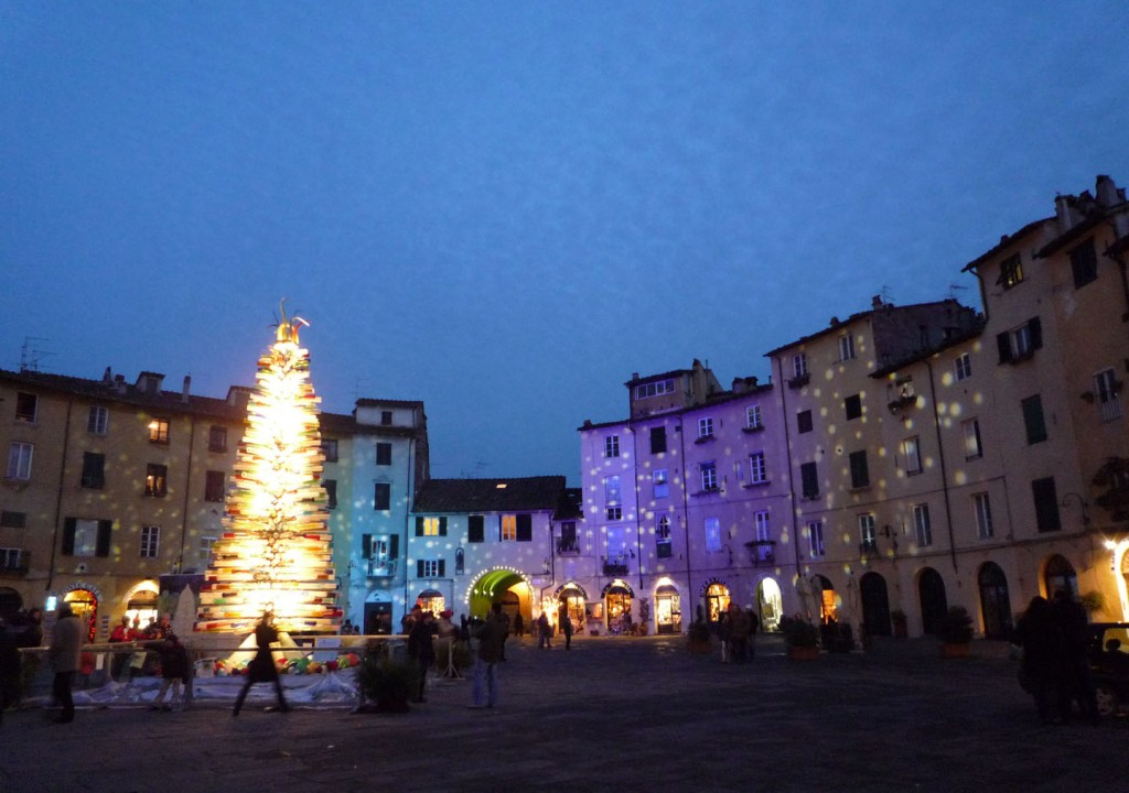 Lucca's piazza anfiteatro lit up at Christmas 2008. Photo: arttrav.com