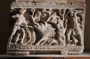 Urna cineraria etrusca con caccia al cinghiale caledonio, II sec.a.C. - Volterra  Museo Guarnacci