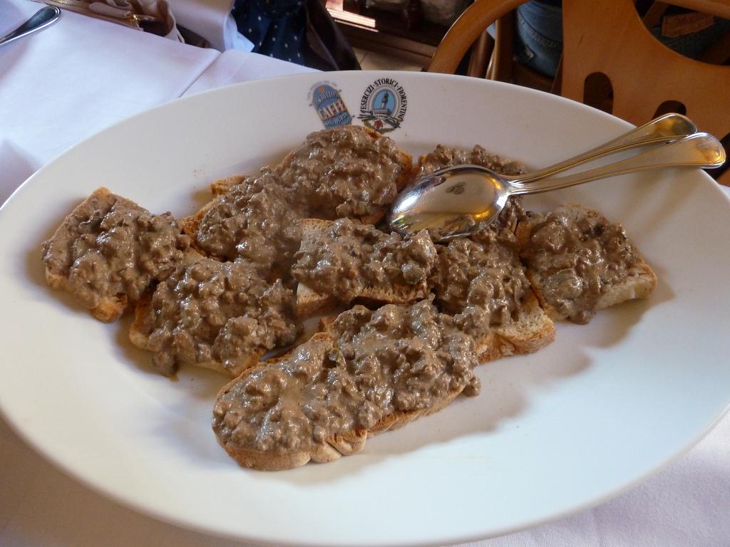 Chicken liver crostini [Photo credits: Mariko Asato]