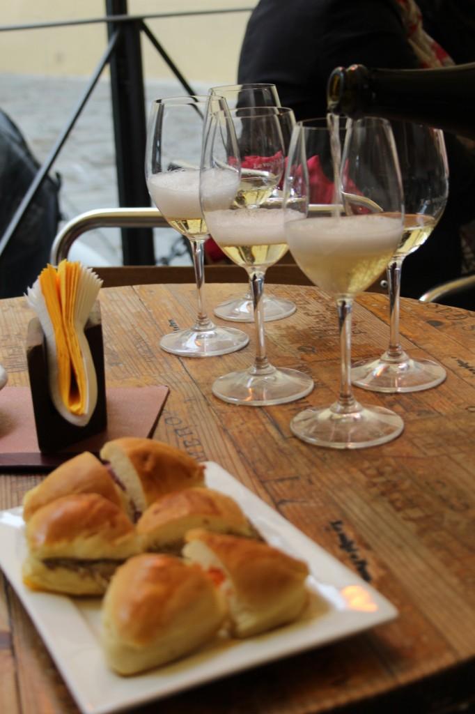 Tasting sparkling wine from Valle D'Aosta (méthode champenoise) at Le Volpi e l'uva  (Firenze)